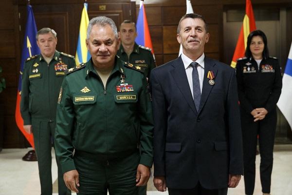 Работник ОАО «ЗиД» получил награду из рук министра обороны.